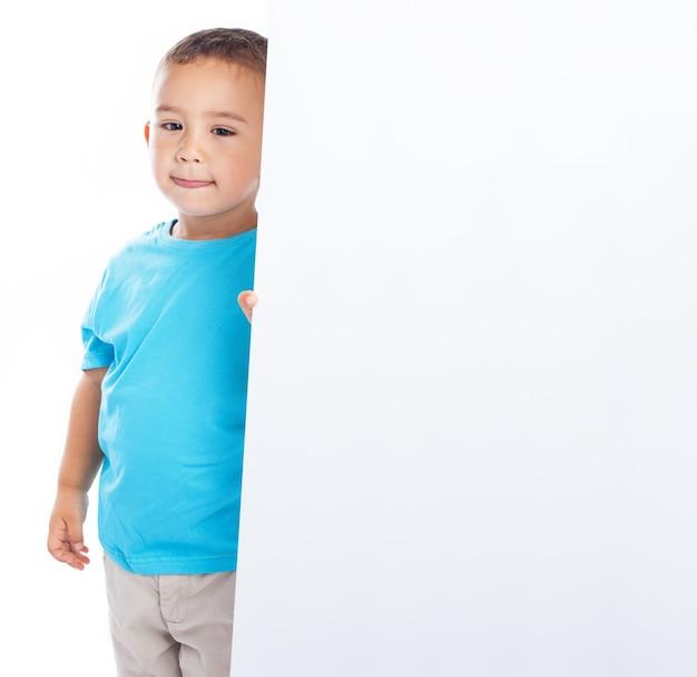 Enfant tenant une affiche blanche