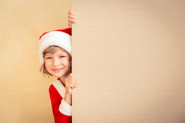Enfant tenant la bannière de noël. concept de vacances de noël