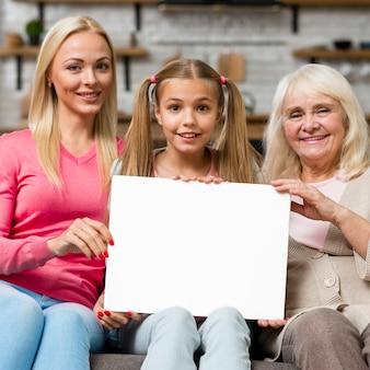 Enfant tenant une bannière vide aux côtés de la famille