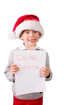 Enfant tenant une lettre au père noël