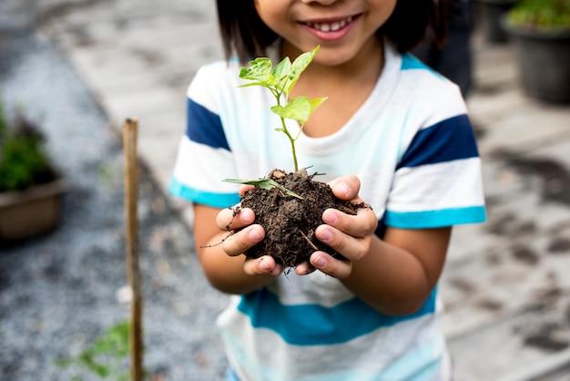 Enfant tenant des plantes