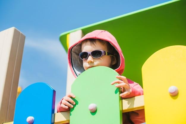 Enfant sur le terrain de jeu extérieur