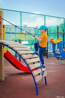 Enfant sur un terrain de jeu extérieur