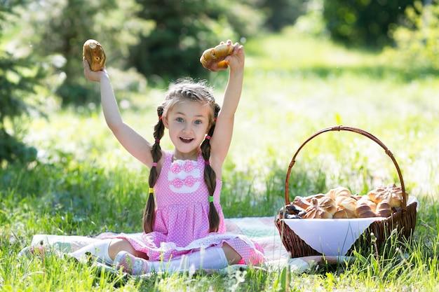 L'enfant tient du pain dans ses mains.