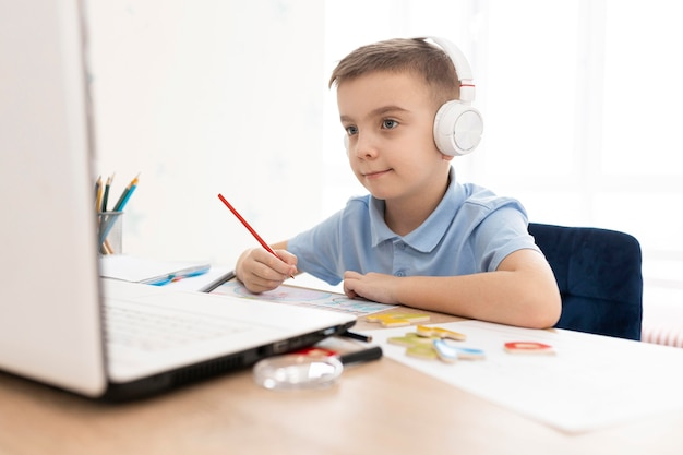 Enfant de tir moyen tenant un crayon
