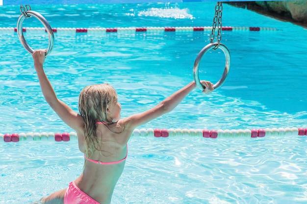 Enfant Sur Toboggan Au Parc Aquatique. Vacances D'été. Photo Premium