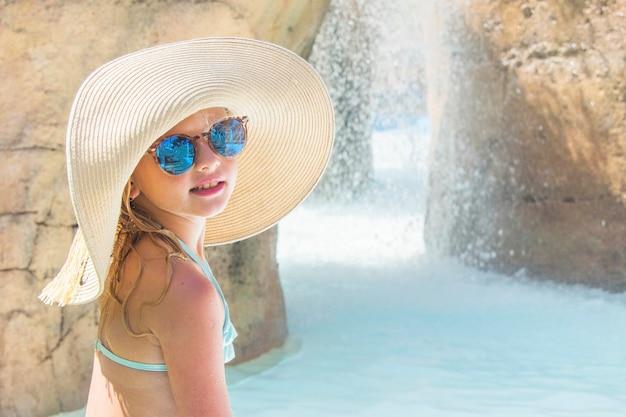 Enfant sur toboggan au parc aquatique. vacances d'été.