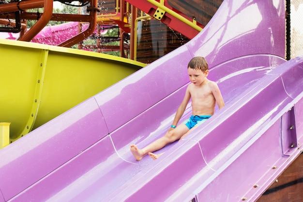 Enfant sur un toboggan dans le parc aquatique