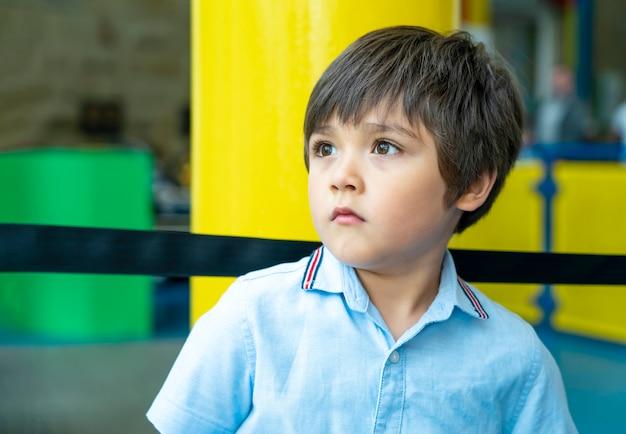 Enfant tourné candide en levant avec visage de choc