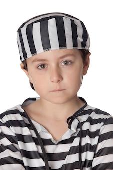 Enfant triste avec costume de prisonnier isolé sur fond blanc