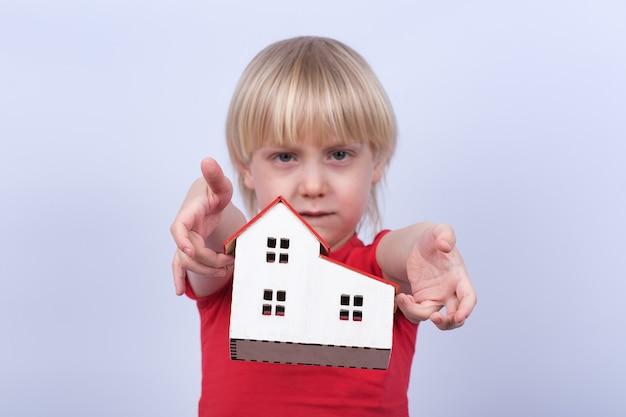 Un enfant triste jette un modèle à la maison. orphelinat, orphelin, adoption.