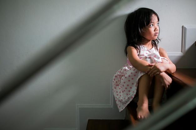 Enfant triste de ce père et mère se disputer, couleur familiale concept.vintage négatif