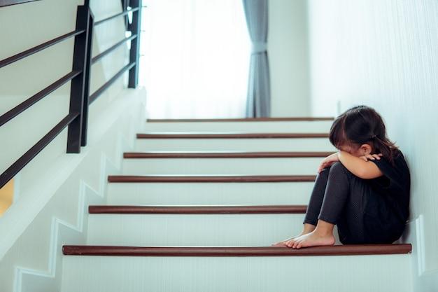 Enfant triste de ce père et mère soutenant le concept négatif de famille