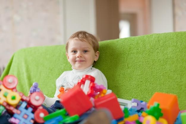 Enfant de trois ans à la maison