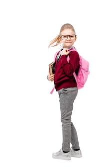 Enfant en uniforme scolaire avec cartable rose