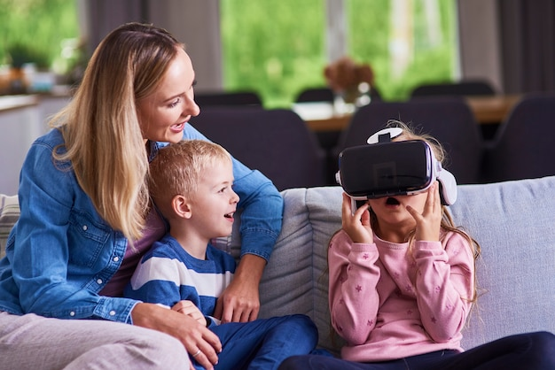 Enfant utilisant un simulateur de réalité virtuelle
