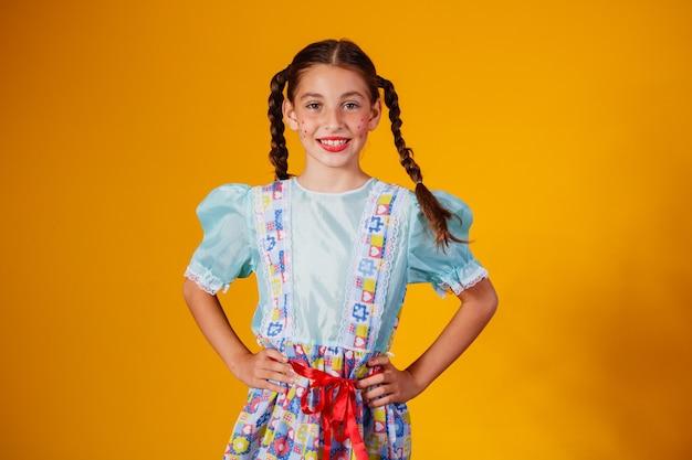Enfant en vêtements typiques de la célèbre fête brésilienne appelée