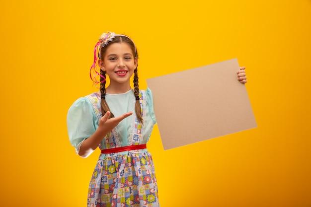 Enfant vêtu de vêtements typiques de la célèbre fête brésilienne appelée