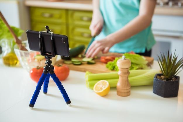 Enfant vlogger enregistrant une recette de légumes sains blog culinaire pour végétariens