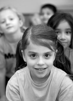 Enfants (4-5 ans) souriant, portrait (n & b)