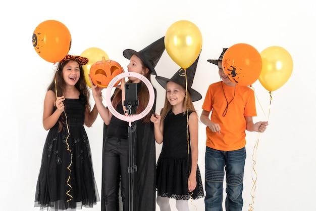 Enfants adolescents en costumes d'halloween