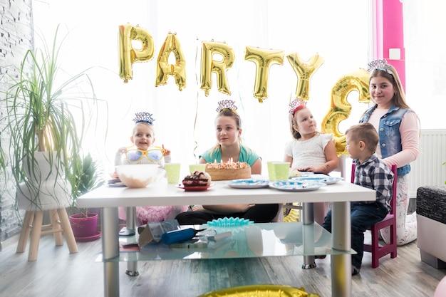 Enfants et adolescents à la fête d'anniversaire