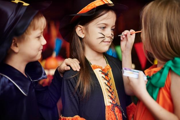 Les enfants adorent les jeux de maquillage