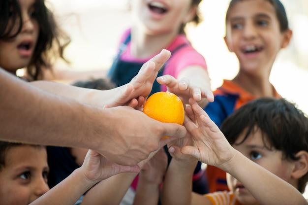 Enfants affamés nourris par des œuvres de charité