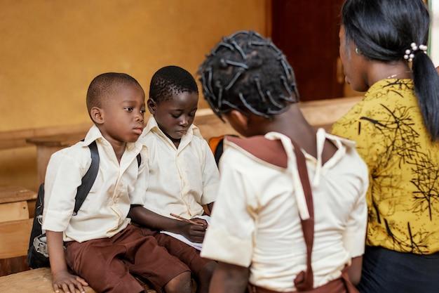 Enfants africains ayant une leçon à l & # 39; école