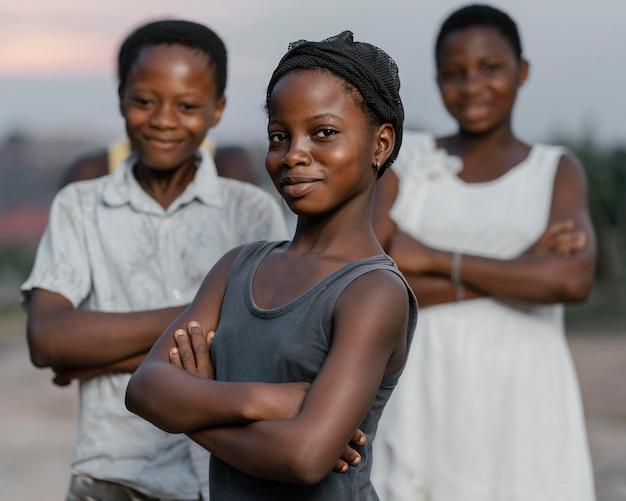 Enfants africains avec les bras croisés