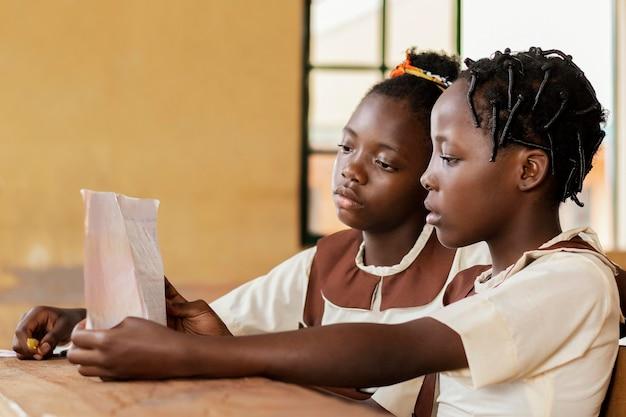 Enfants africains prêtant attention à la classe