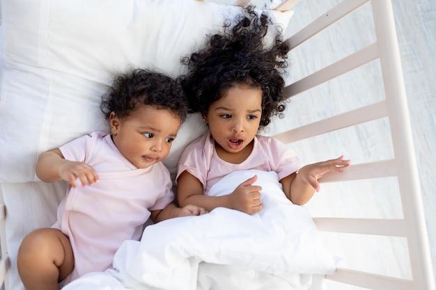 Les enfants afro-américains ne veulent pas dormir dans un berceau, les enfants s'endorment ou se réveillent le matin