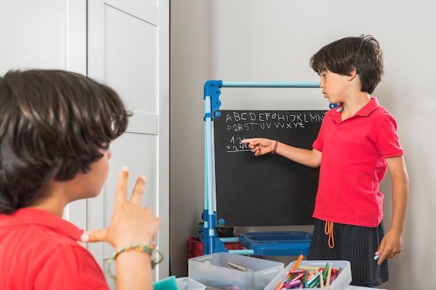 Les enfants d'âge préscolaire étudient les mathématiques ensemble