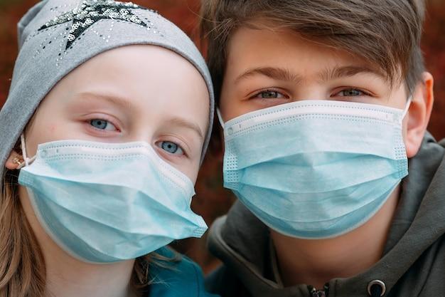 Enfants d'âge scolaire portant des masques médicaux. portrait des écoliers.