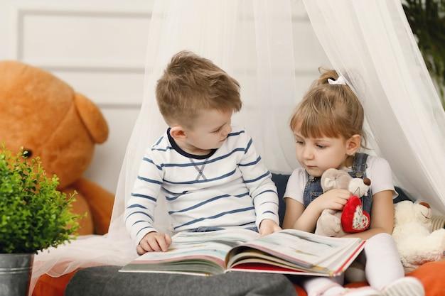 Les enfants aiment passer du temps ensemble