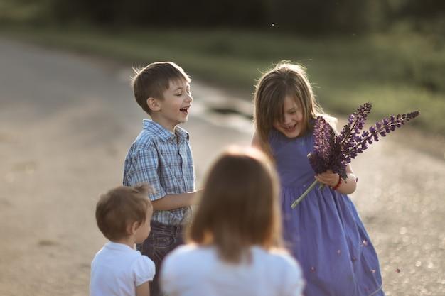 Les enfants amis dansent émotionnellement et jouent à l'extérieur