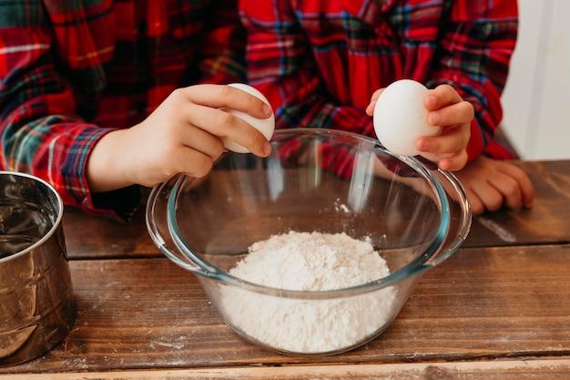 Enfants à angle élevé cuisiner ensemble à la maison