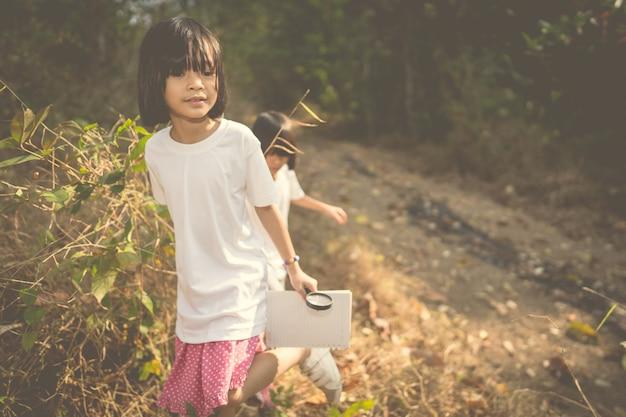 Enfants apprenant dans la nature forestière