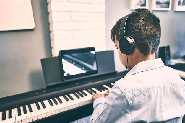 Enfants apprenant des leçons de piano en ligne