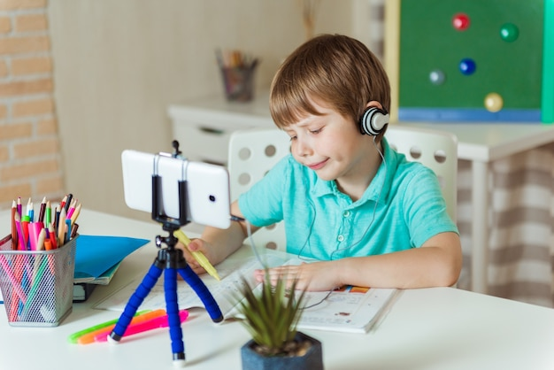 Les enfants apprennent l'anglais en ligne à la maison