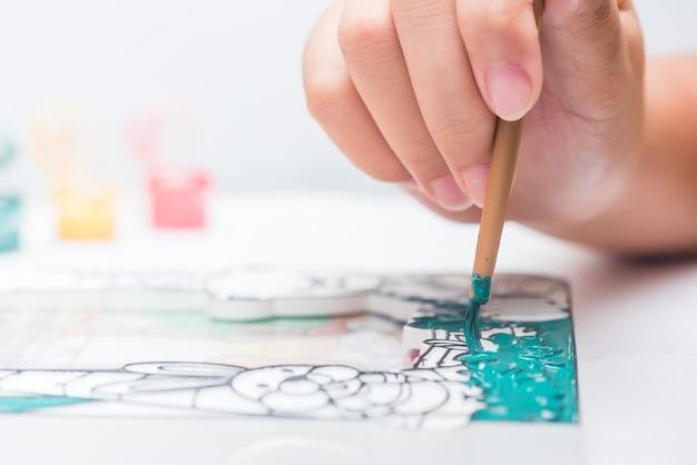 Les enfants apprennent à colorier et à peindre en classe. copiez l'espace pour le texte.