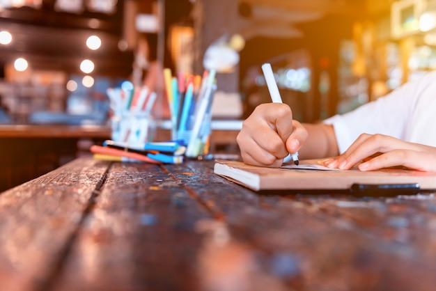 Les enfants apprennent à colorier et à peindre en classe. éducation et art créatif pour enfant.