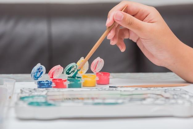 Les enfants apprennent à colorier et à peindre en classe.