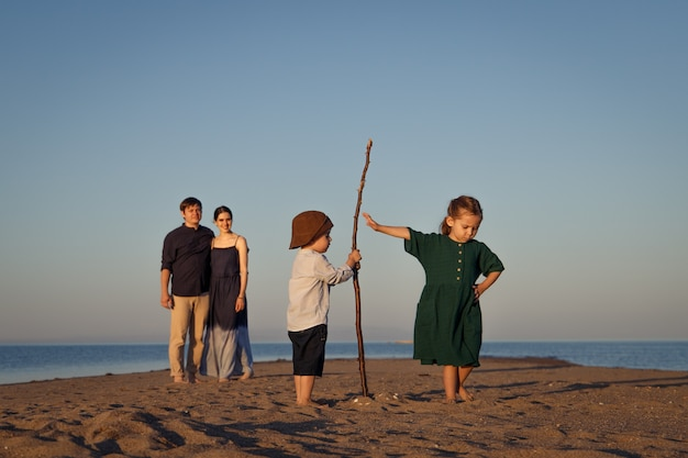 Les enfants apprennent à établir des relations dans le concept familial d'éducation psychologique en famille