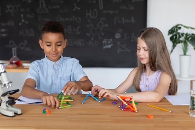 Les enfants apprennent plus sur la chimie en classe