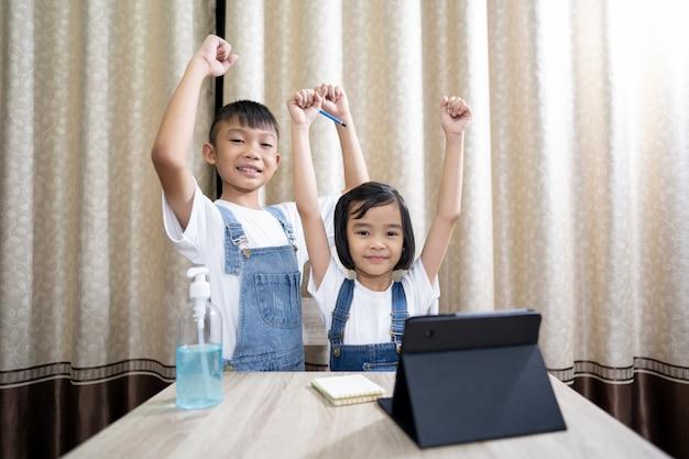Les enfants apprennent et restent à la maison