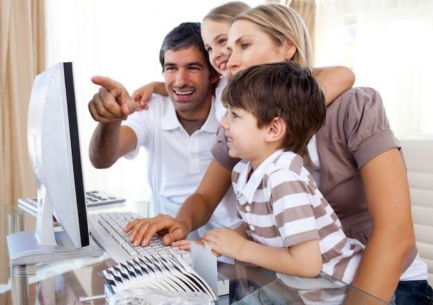 Les enfants apprennent à utiliser un ordinateur avec leurs parents