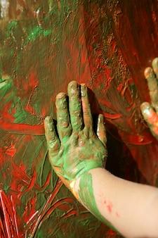 Enfants artiste mains peinture multi couleurs