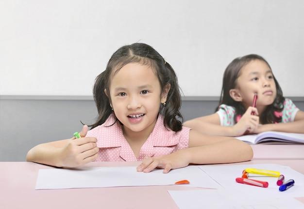 Enfants asiatiques mignons d'apprentissage