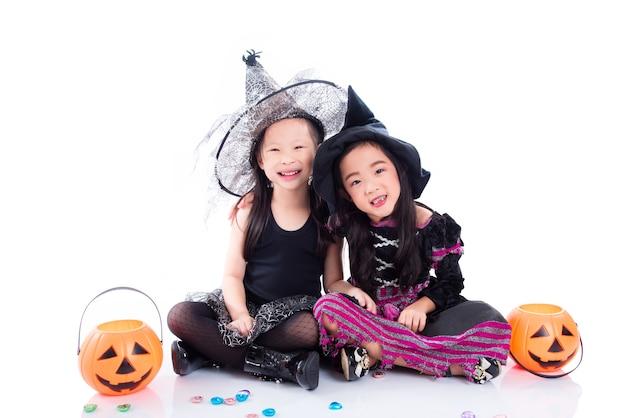 Enfants asiatiques portant un costume d'halloween